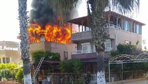 Çatıda başlayan yangın yazlık evi sardı