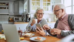 Evde kalan yaşlılar akıllı telefon satışlarını arttırdı