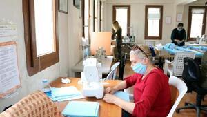 Foçada gönüllü öğretmenlerden kamu çalışanlarına 10 bin maske