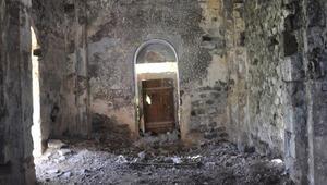 Tarihi kiliseyi talan ettiler Şok görüntüler...