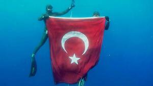 Milli sporcular 19 Mayıs anısına 50 metre derinlikte Türk bayrağı açtı