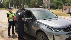Jandarma kandil simidi ve maske dağıtıp, vatandaşların bayramını kutladı