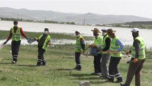 Gölet çevresinden 30 ton çöp toplayıp, kürek mesafeli halay çektiler