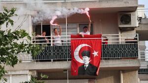 Bayraklılılar 19 Mayısı balkonda kutladı