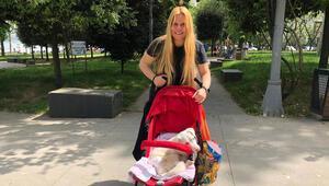 Komedyen Funda Hayırlıoğlu sokağa çıkma izninde felçli köpeğini bebek arabasında gezdirdi