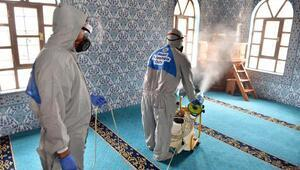 Kepez camilerini dezenfekte ediyor