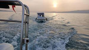 Ege Denizi'nde teknesi arızalanan çifti Sahil Güvenlik kurtardı