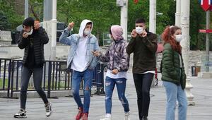 Sokağa çıkan gençler İstiklal Caddesinde dolaştı
