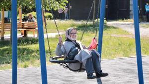 Kağıthanede 65 yaş üstü park ve bahçelere akın etti