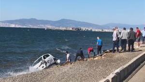 İzmirde kaza yapan otomobil denize düştü Yaralılar var