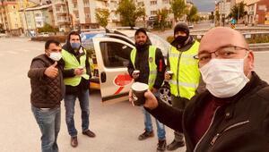 Sivasta soğuk havada nöbet tutan polislere çay ikramı