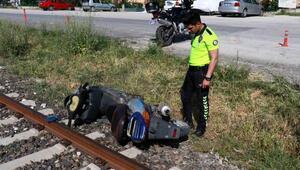 Motosikleti raylara terkedip kaçtı