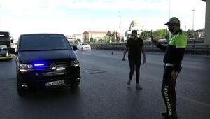 Sokağa çıkma yasağında çakar lambalı minibüsle yakalandı