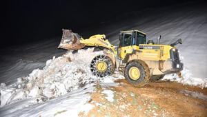 Yaylada kar nedeniyle mahsur kalan çoban ve sürüsü kurtarıldı