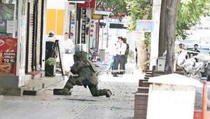 Diyarbakırda şüpheli valiz fünye ile patlatıldı, balkonlardan izlediler