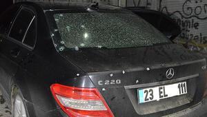 Seyir halindeki araçtan silahlı saldırı 3 kişi yaralı