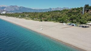 Antalyanın dünyaca ünlü Konyaaltı Plajında deniz keyfi sosyal mesafeli olacak