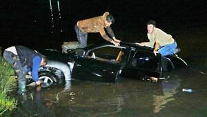 Irmağa düşen otomobildeki 2 kişi, kayıkla kurtarıldı