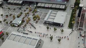 Kısıtlama sonrası alışveriş merkezine koştular: Uzun kuyruklar oluştu