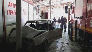 İtfaiye araç parkında direğe çarpan otomobilin sürücüsü yaralandı