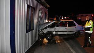 İki araç çarpıştı, biri polis konteynerine çarptı