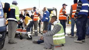 İşçi servisi taksiyle çarpıştı :16 yaralı
