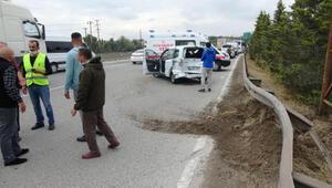 Minibüsle çarpışan hafif ticari araç, bariyerlere çarptı: 2 yaralı