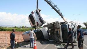 TIR yan yattı, taşınan 5 araç hasar gördü