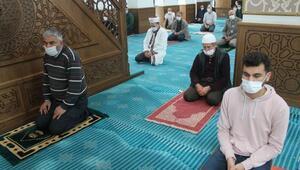 Manyasta yağıştan dolayı Cuma namazı cami içerisinde kılındı