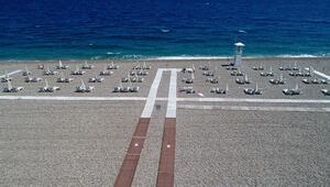 Konyaaltı Sahilinde yüzerken de sosyal mesafeye dikkat edilecek