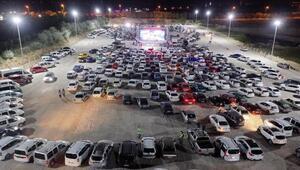 Nevşehirde açık havada araçta sinema keyfi