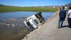 Kamyon gölete devrildi; 2 kişi yaralandı, 80 koyun telef oldu