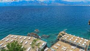 Antalyada denize girmeyi bekleyenlere sağanak sürprizi