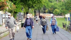 Edirnede 65 yaş üstü, yağmura rağmen dışarı çıktı, yürüyüş yaptı
