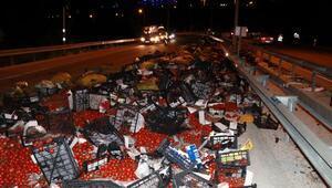 Sebze yüklü kamyon devrildi: 1'i ağır, 3 yaralı