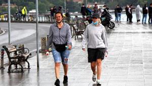 Beşiktaşta yağmura rağmen balık tutup yürüyüş yaptılar