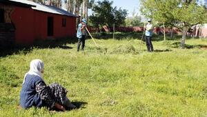 Mürvet Ninenin bahçesindeki otları Vefa ekibi biçti