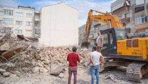 Karacabeyde depreme dayanıksız çıkan okul yıkıldı