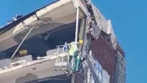 Elazığda hasarlı binanın yıkımınamahsur kalan kediler için ara verildi