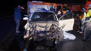 Otomobil, park halindeki kamyonete çarptı: 3 yaralı