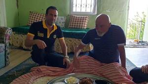 Hikmet Karaman Adil Gevrekin köyünde çilek topladı, yer sofrasında yemek yedi