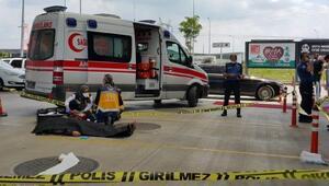 Seyir halindeki otomobilde cinayet; Katilin otomobili alıp kaçma anları güvenlik kamerasında