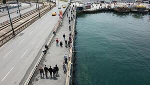 Galata Köprüsü eski günlerine geri döndü, kovalar balıkla doldu