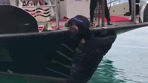 Sarıyerde teknenin önündeki lastiklerin arasına giren yavru kedi kurtarıldı