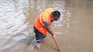 Çatalcada yağmur yolları göle çevirdi