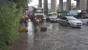 Kağıthanede sağanak yağış sonrası Cendere Yolu dereye döndü