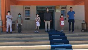 Sokağa çıkan öğrenciler okullarını ziyaret etti