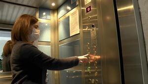 Asansör düğmesine dikkat edelim