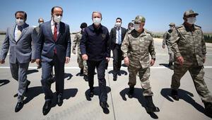 Son dakika... Bakan Akar ve komuta kademesi Suriye sınırında...