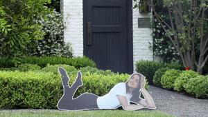 Görenler şaşırdı: Sevgilisinin maketi, ünlü oyuncunun evinin önünde